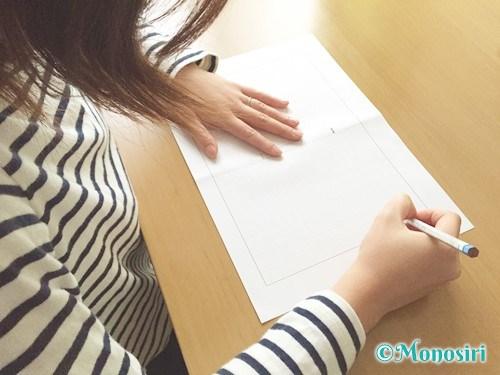 読書感想文を書いている女性