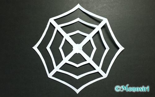 折り紙で作った「クモの巣」のハロウィン飾り