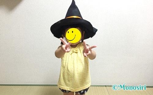 ハロウィン仮装の魔女帽子をかぶった子供