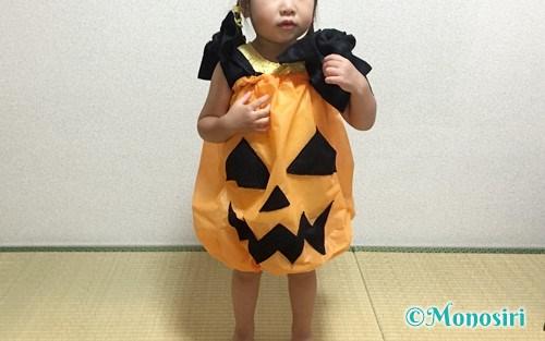 ハロウィンのかぼちゃ衣装を着た子供
