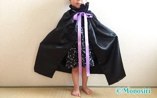ハロウィン仮装のマントを着た子供