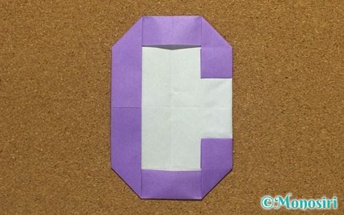 折り紙で折ったアルファベットのC