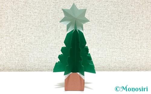 折り紙で折った立体的なクリスマスツリー