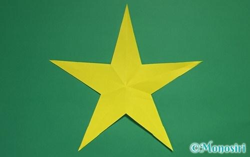 折り紙を切って作った星