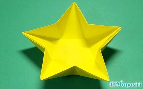 折り紙で折った星の入れ物(皿)