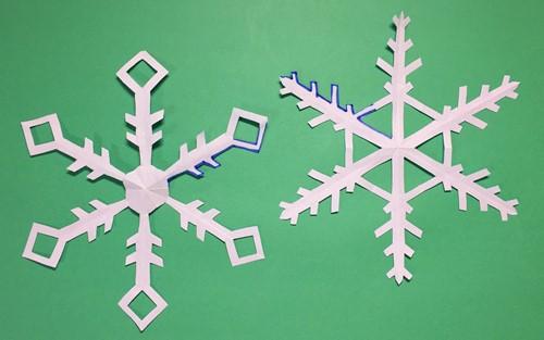 折り紙を切って作った雪の結晶