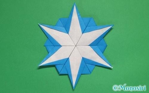 折り紙を折って作った雪の結晶