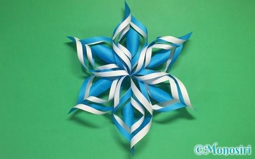 折り紙で作った立体的な雪の結晶
