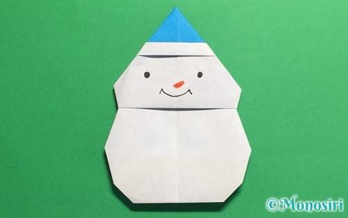 折り紙で折った帽子付き雪だるま