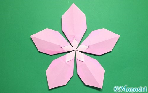 折り紙で作った桃の花びら