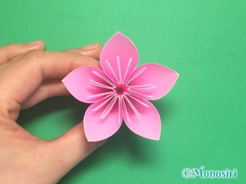 折り紙で立体的な桃の花の作り方手順18
