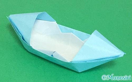 折り紙で折ったフード付きボート