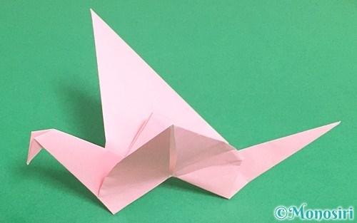折り紙で折った羽ばたく鳥