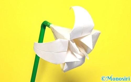 折り紙で折った立体的な百合の花