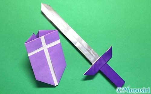 折り紙で作った剣と盾