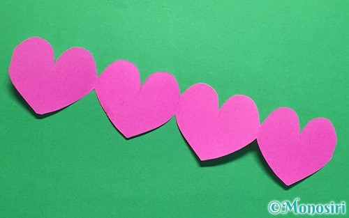 折り紙を切って作った連続ハート