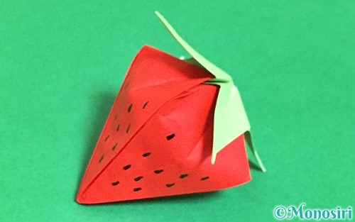 折り紙で作った立体的ないちご