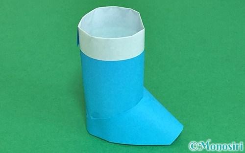 折り紙で折った立体的なレインブーツ