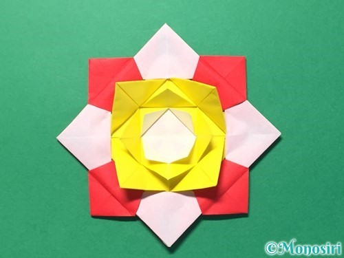 折り紙で花メダルの作り方手順47