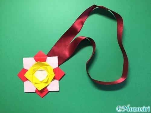 折り紙で花メダルの作り方手順48