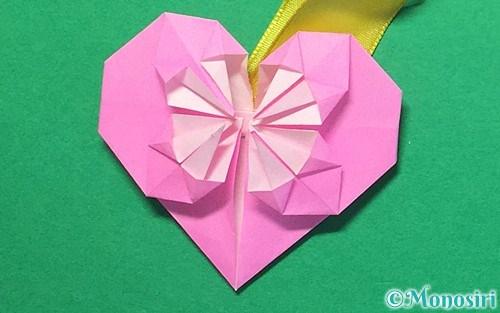 折り紙で折ったハートのメダル