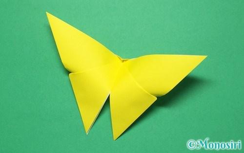 折り紙で折った蝶(ちょうちょ)