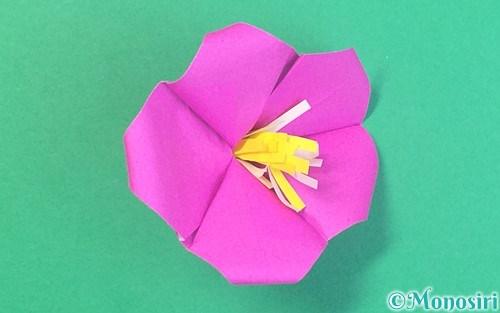 折り紙で折った立体的なハイビスカス