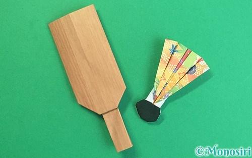 折り紙で折った羽子板と羽根