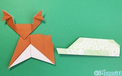 折り紙で折ったソリを引くトナカイ