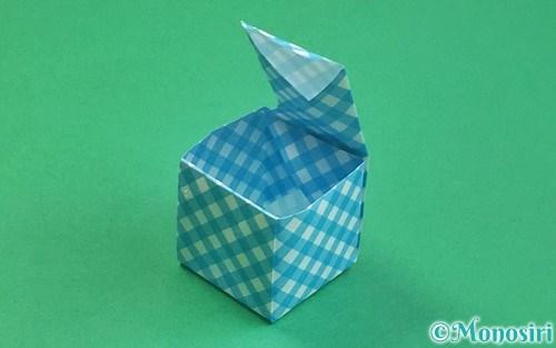 折り紙で折ったふた付きの箱
