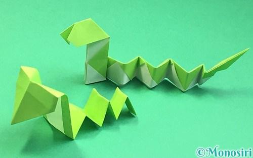 折り紙で折ったヘビ