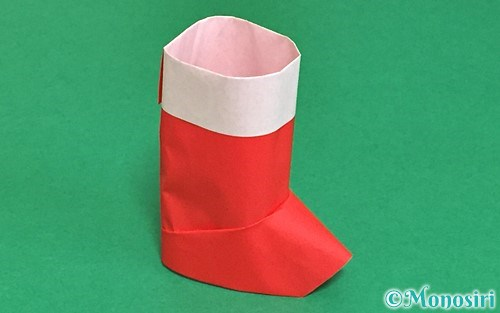 折り紙で折った立体的なサンタブーツ