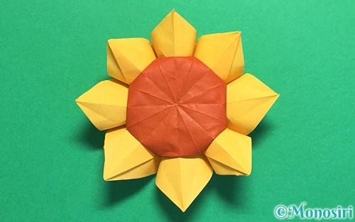 折り紙で作った立体的なひまわり