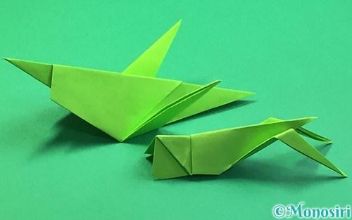 折り紙で折ったバッタ